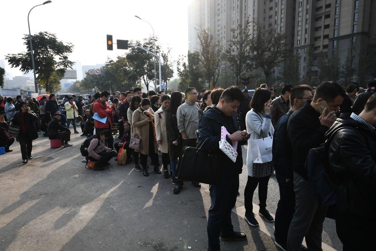 因房價倒掛,深圳出現民眾連夜排隊買房。圖為資料照。(大紀元資料室)