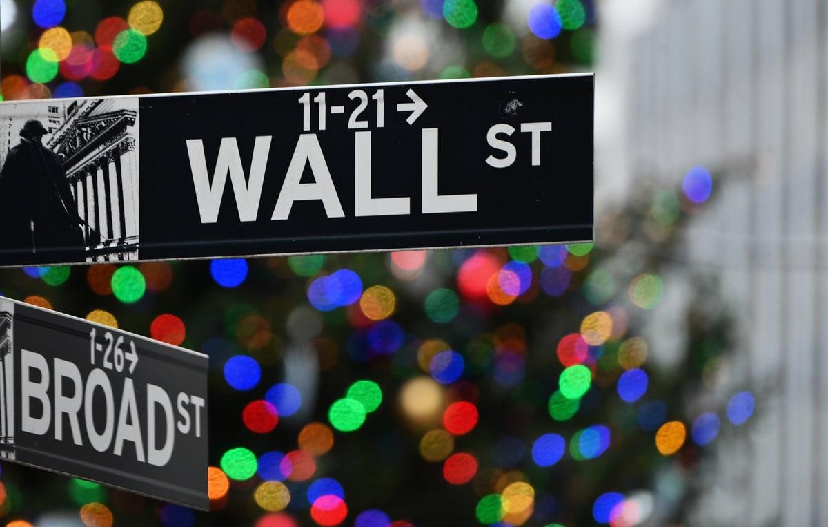 2020年12月9日,位於紐約市紐約證券交易所(NYSE)前的華爾街標誌。(ANGELA WEISS/AFP via Getty Images)