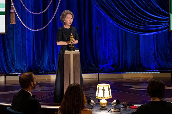 以《農情家園》摘得第93屆奧斯卡最佳女配角獎的尹汝貞,上台發表得獎感言。(Todd Wawrychuk/A.M.P.A.S. via Getty Images)