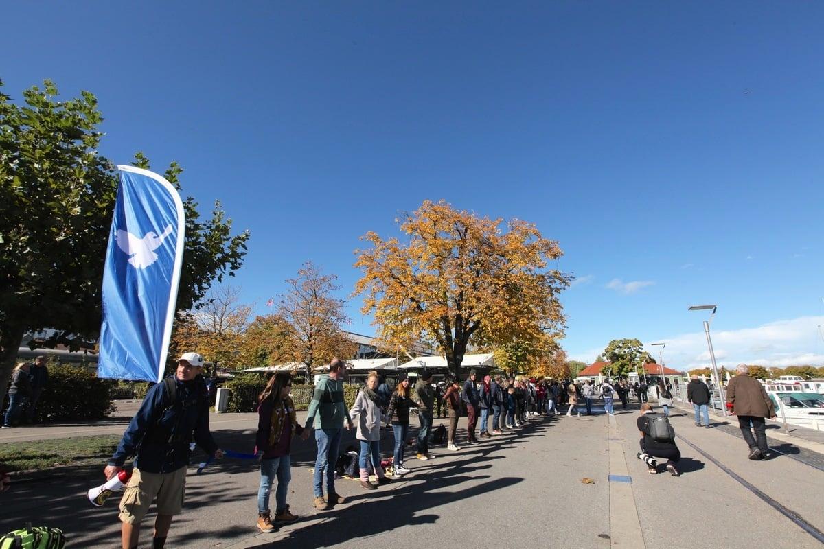 2020年10月3日,四國「橫向思維」在德語區最大的淡水湖博登湖(Bodensee)舉辦「和平人鏈」活動,表達人們對和平與自由的願望。(黃芩/大紀元)