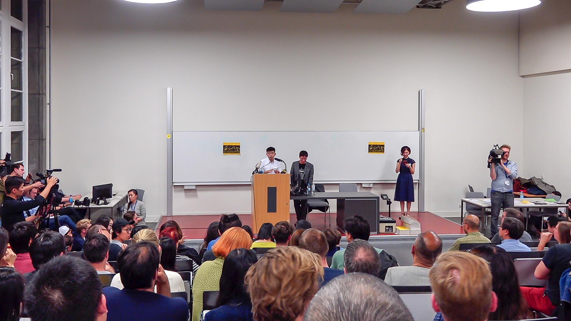 9月11日晚,黃之鋒在柏林洪堡大學發表演講,回答聽眾問題。(張清颻/大紀元)
