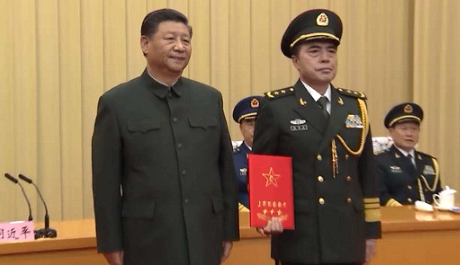 12月18日,習近平在上將授銜儀式上。(影片截圖)