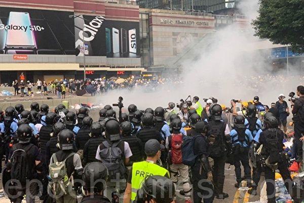 港人反送中引起全世界的關注。圖為警方在海富巴士總站施放催淚彈。(李逸/大紀元)