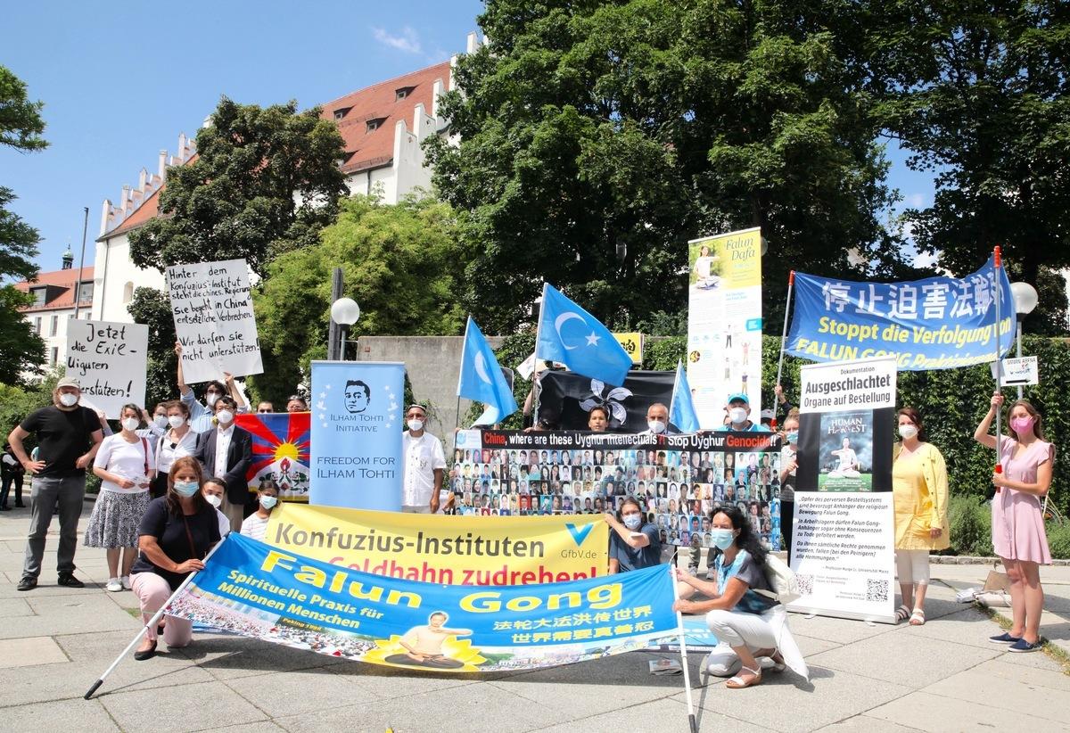 2021年7月29日,英格爾施塔特市議會以27:22票通過決議,停止該市對孔子學院的資助,即日生效。圖為在市議會會場外呼籲關閉孔子學院的九個人權組織和民間團體。(黃芩/大紀元)