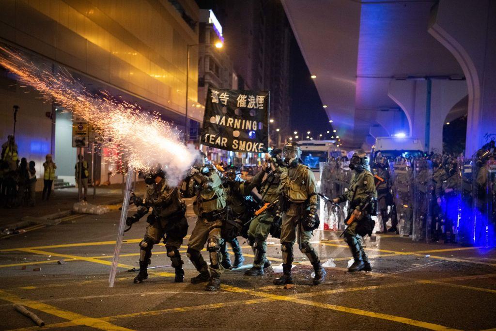 香港防暴警察7月28日在上環地區發射催淚彈。(Laurel Chor/Getty Images)