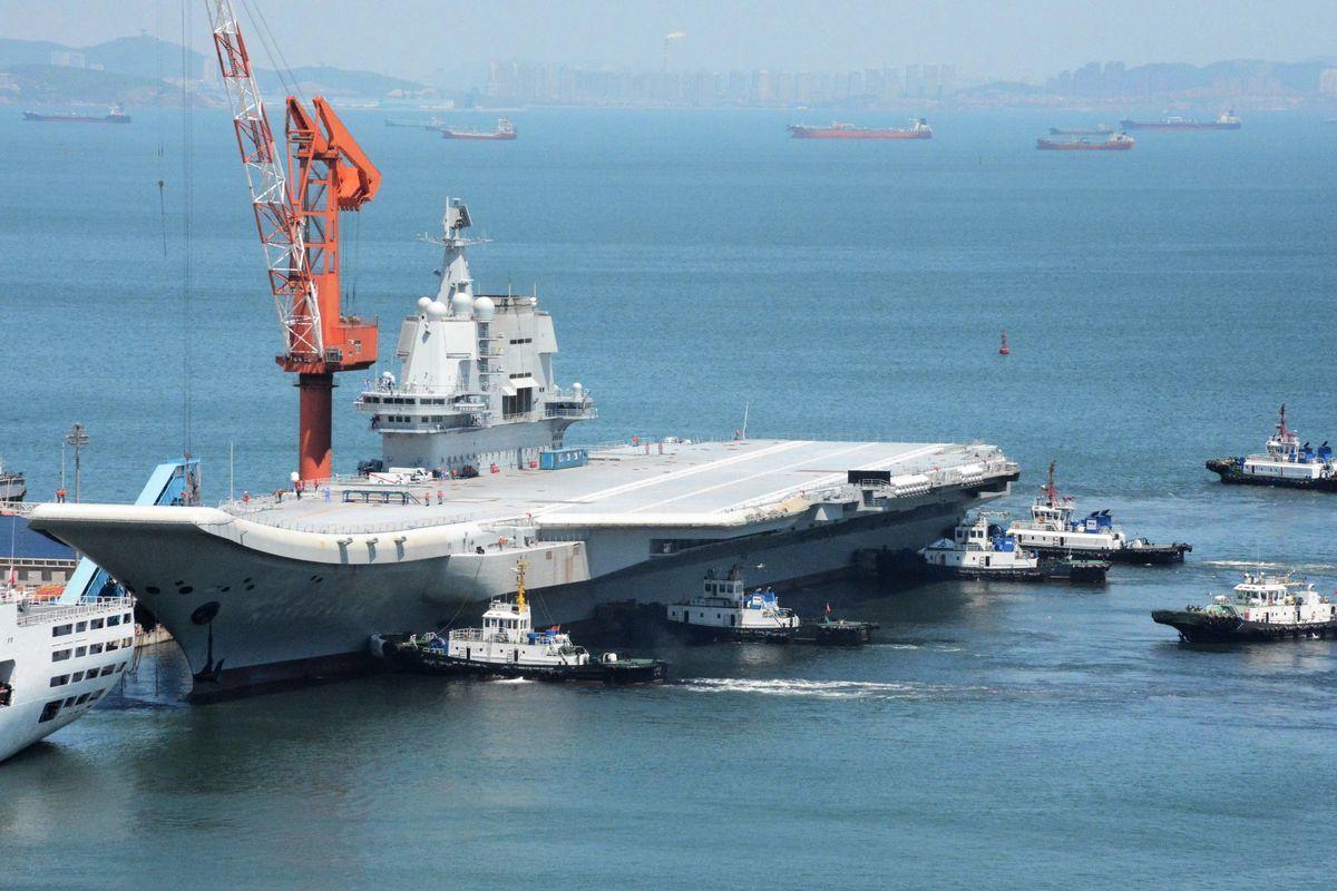 中共首艘自製航空母艦「山東艦」,11月26日由南向北航經台灣海峽。圖為2018年5月18日,山東艦在海試後返回遼寧省大連港。(AFP via Getty Images)