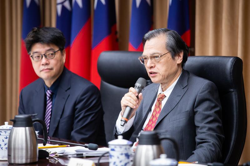 圖右為陸委會主委陳明通,資料照。(陳柏州/大紀元)
