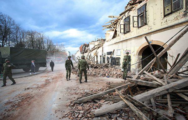 2020年12月29日,克羅地亞彼得里尼亞(Petrinja),該鎮遭受6.4級地震襲擊後,一群士兵協助進行善後工作。(DAMIR SENCAR/AFP via Getty Images)