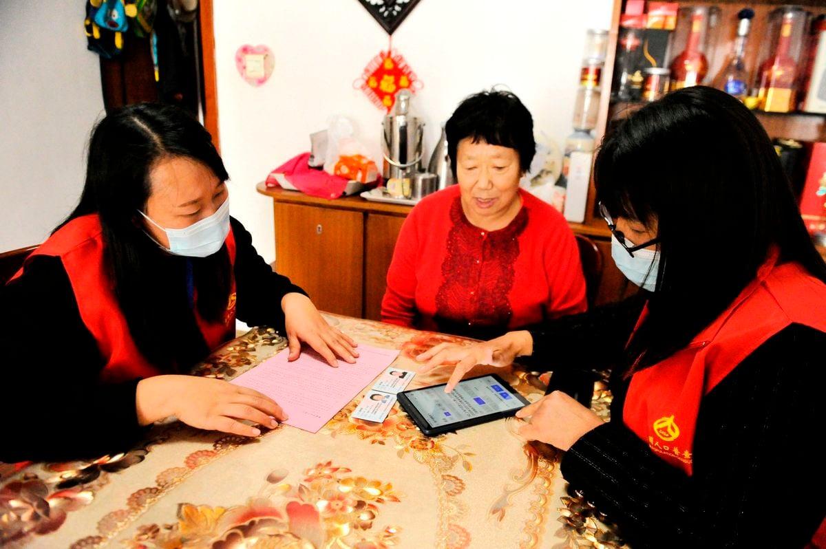 中共肺炎疫情之際,2020年11月1日中共在大陸進行第七次人口普查。圖為11月1日,青島人口普查現場。(STR/AFP via Getty Images)