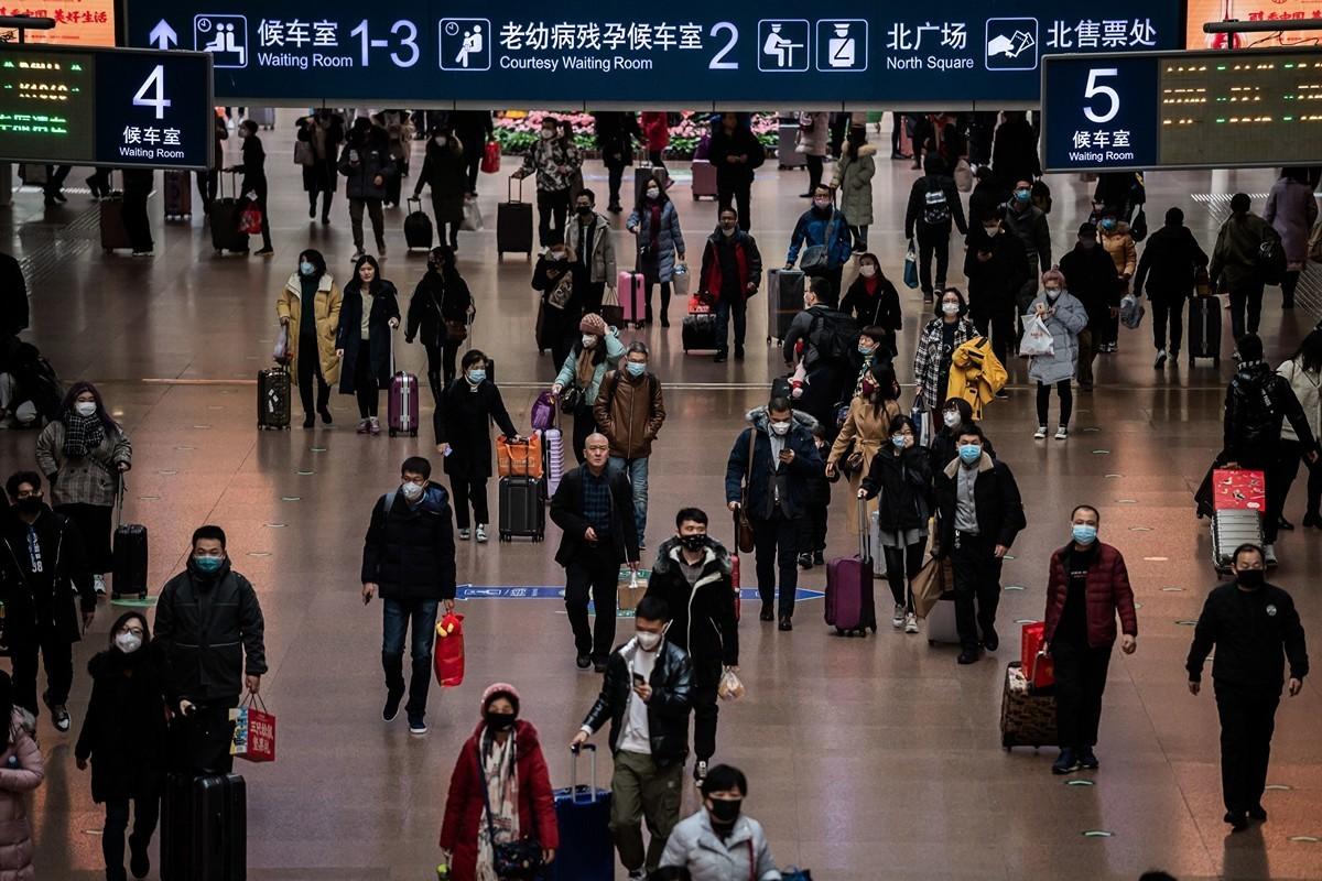 中共肺炎(俗稱武漢肺炎、新冠肺炎)疫情失控,中共官方24日公告暫緩旅遊活動;北京故宮博物院、上海迪士尼等也宣佈自25日起關閉。圖為1月24日的北京西站。(Photo by NICOLAS ASFOURI/AFP via Getty Images)