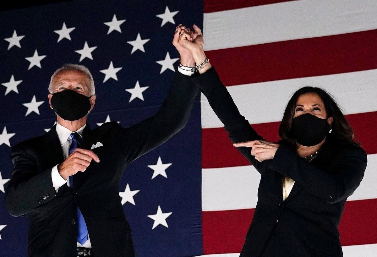 圖為民主黨總統候選人拜登(左)和副總統候選人賀錦麗(右)在8月21日的民主黨全國大會上。(OLIVIER DOULIERY/AFP via Getty Images)