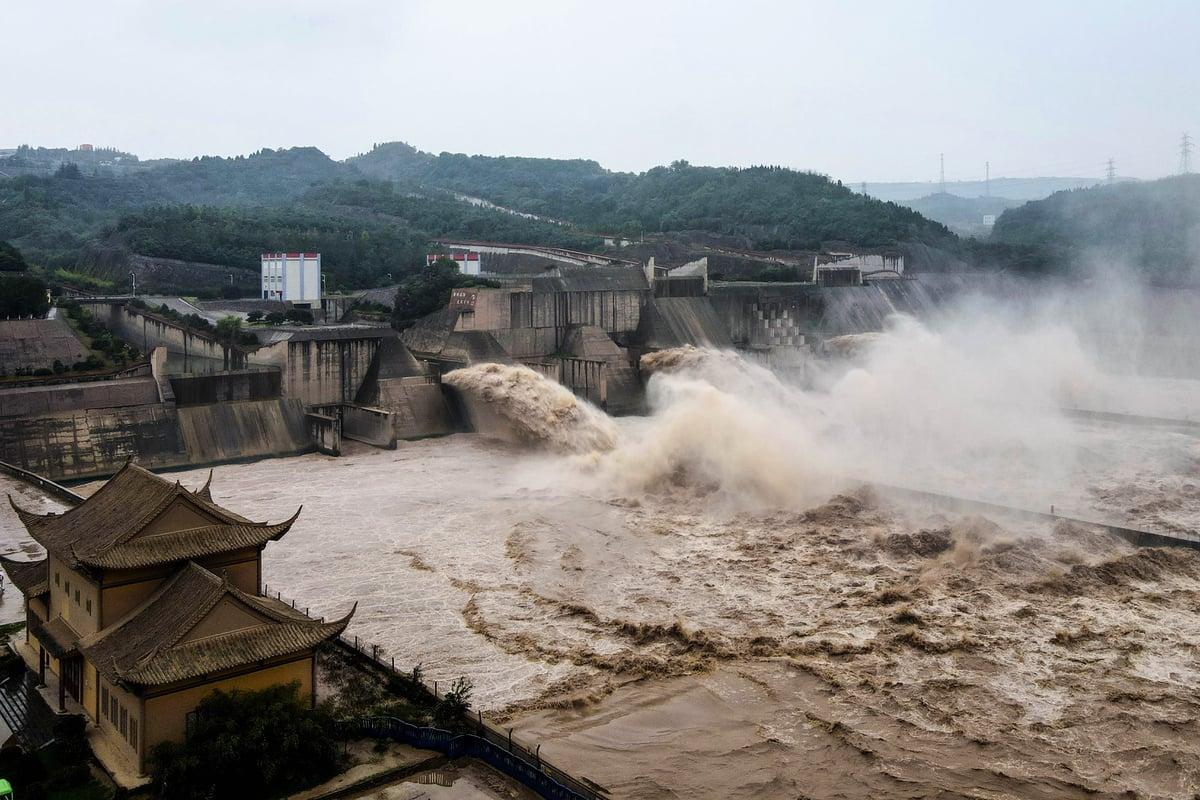 2020年7月19日拍攝的航拍照片顯示了從河南中部洛陽的小浪底水庫大壩洩洪,黃河流域洪災一片。(STR/AFP via Getty Images)