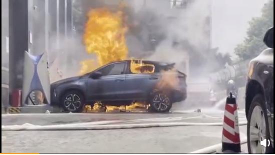 2021年4月14日,在美國上市的小鵬汽車發生自燃事件。(微博影片截圖)
