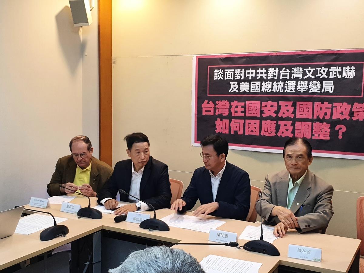 前國防部長蔡明憲(右一)2020年11月17日召開「談面對中共對台灣文攻武嚇及美國總統選舉變局,台灣在國安及國防政策如何因應及調整?」記者會。(吳旻洲/大紀元)