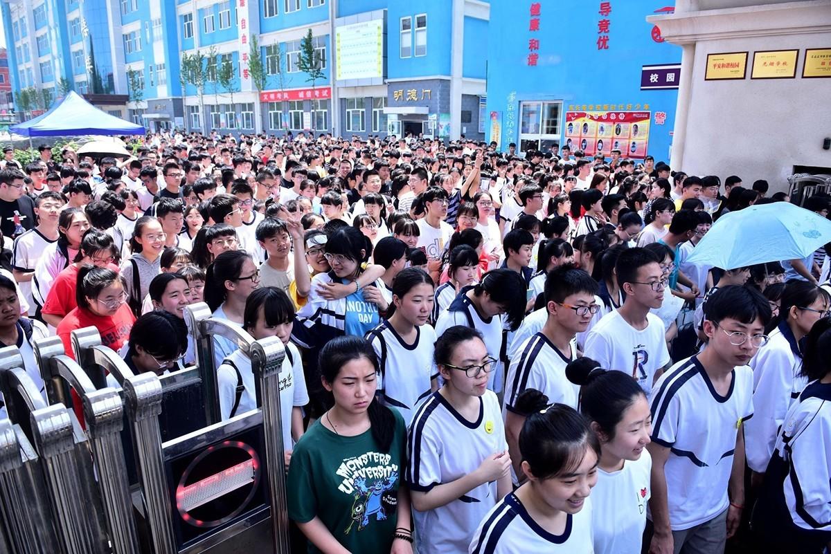 圖為2019年6月8日,在河北新樂市東長壽學校考點,高考結束的學生走出考場。(大紀元資料室)
