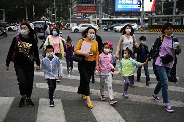 美國一個研究團隊發現,未滿5歲幼童感染中共病毒,其上呼吸道的病毒量,高於年紀較大的患者10至100倍。(GREG BAKER/AFP via Getty Images)