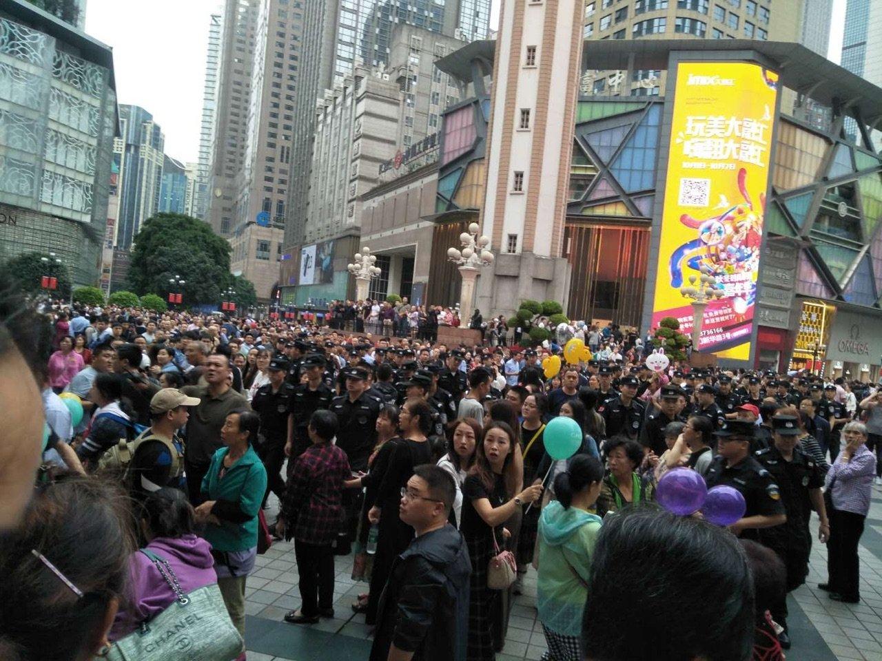 10月1日,大陸17個城市的P2P難友同步上街維權,各地警方如驚弓之鳥。圖為重慶現場。(受訪者提供)