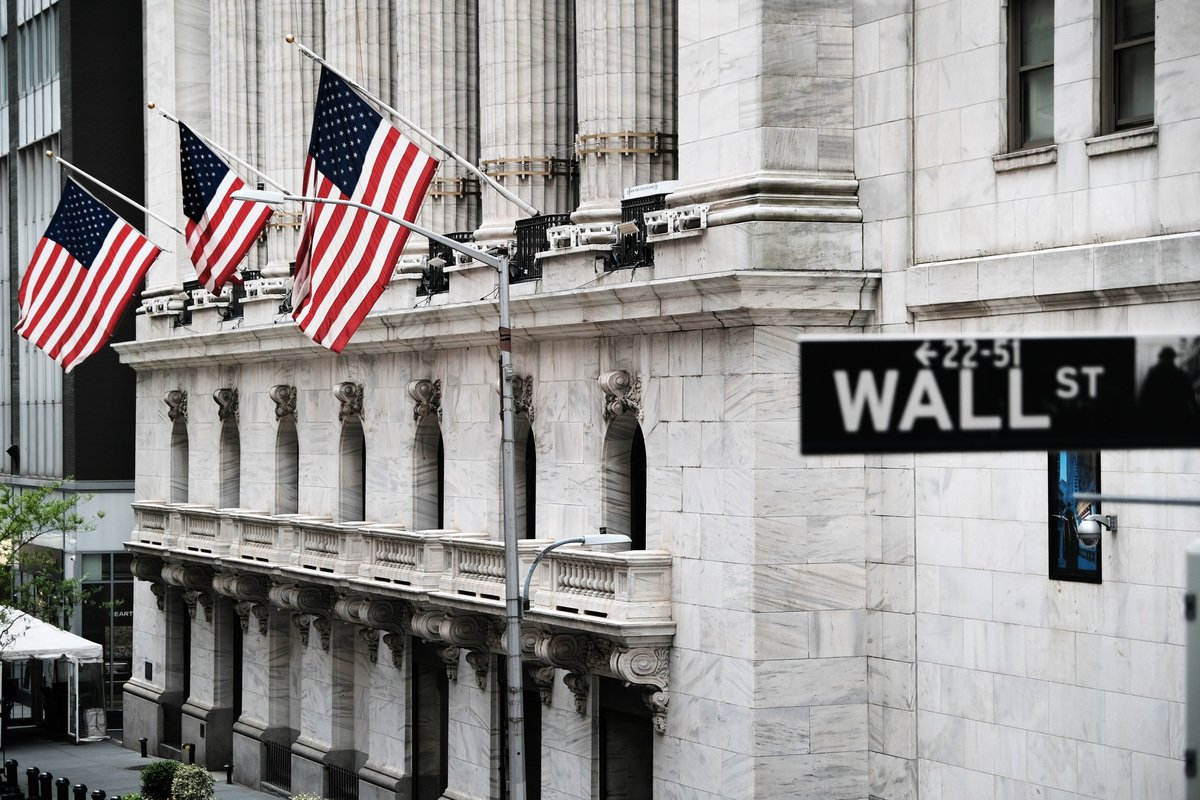紐約證交所前的華爾街路牌。(Spencer Platt/Getty Images)