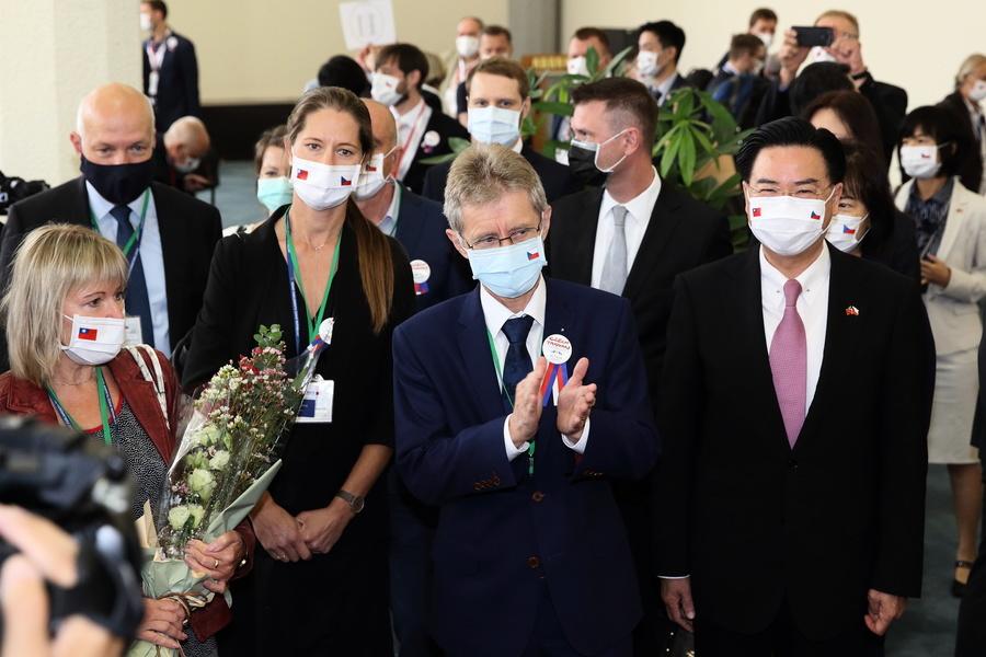 捷克團抵台灣桃園機場 配徽章象徵兩國情誼
