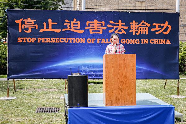 紐約法輪功學員Sunny Wang在7月10日紐約上州集會上呼籲國際社會緊急營救被中共非法關押的丈夫任海飛。(張靜怡/大紀元)