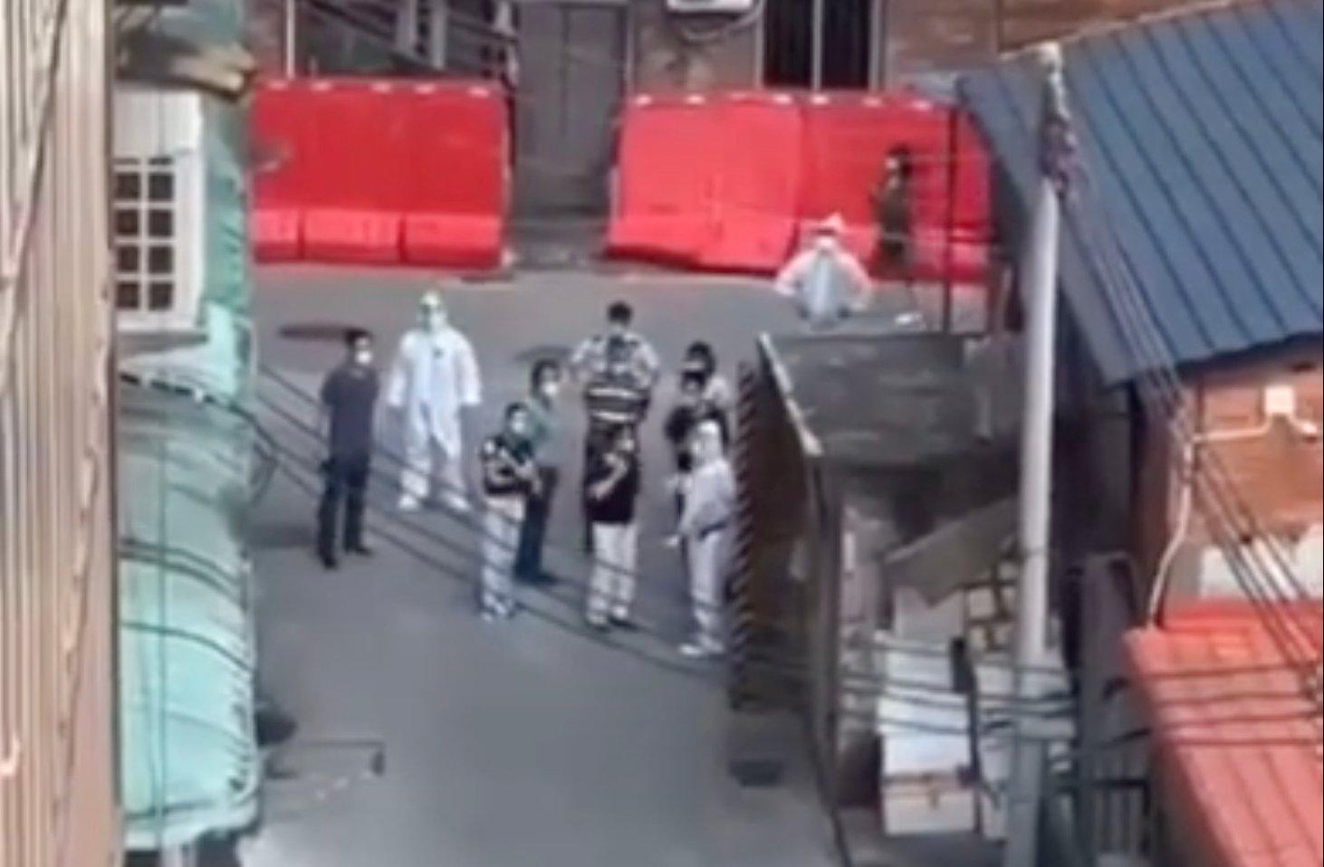 廣州官員視察荔灣區遭遇居民喊話。(影片截圖)