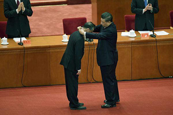 中共2020年9月8日舉行了「抗疫表彰大會」,鍾南山等人受勛引發爭議。(影片截圖)
