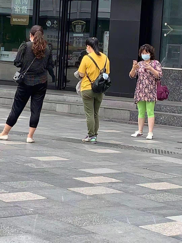 左一,左二為跟監吳菊芳(右一)的人。(受訪者提供)