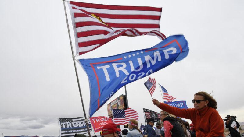 2020年11月7日,美國總統特朗普支持者在邁阿密的抗議活動中,舉著標語和旗幟。(Ethan Miller/Getty Images)