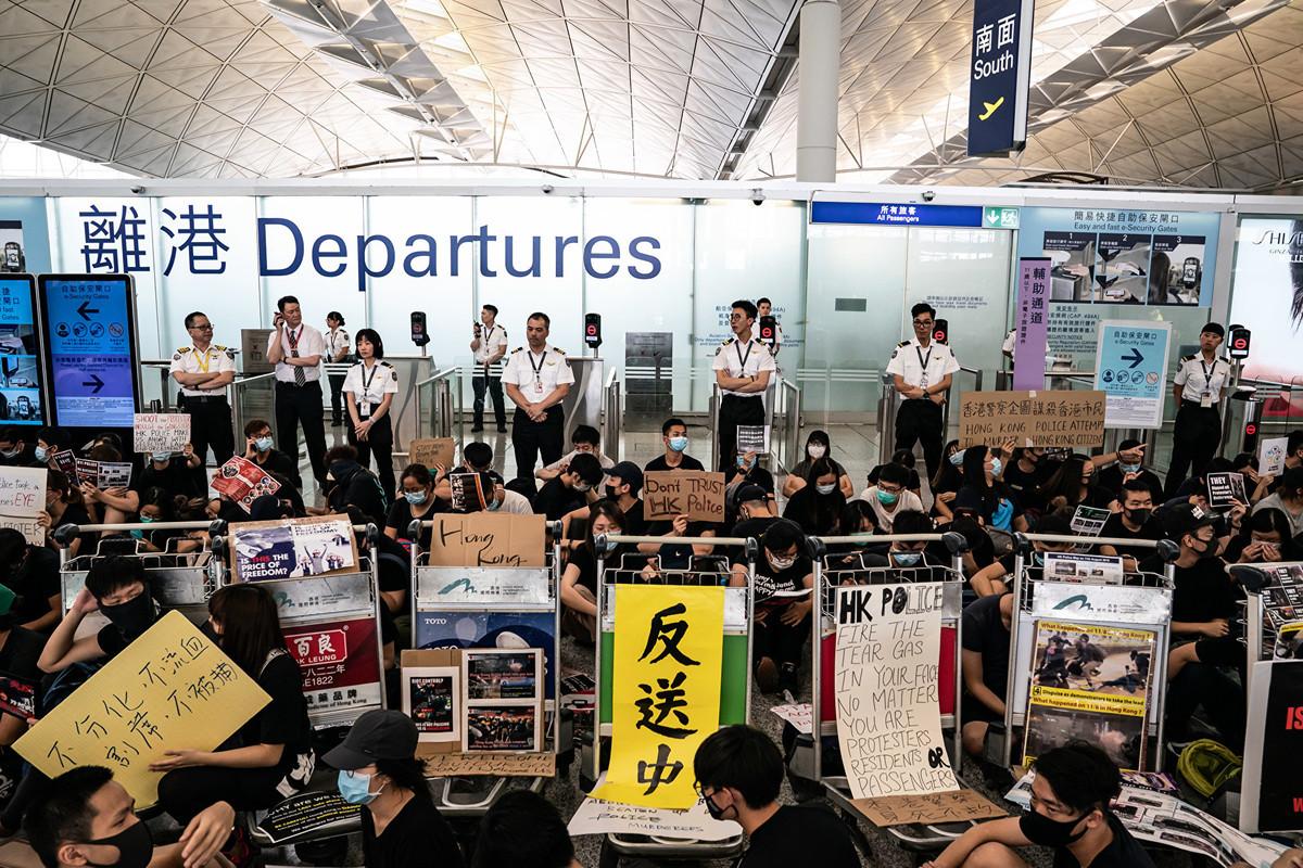香港機場8月12日關閉,停飛所有飛機。一些澳洲乘客被迫滯留香港,但他們在機場大廳發現抗議活動秩序井然,機場關閉似乎並非抗議活動所致。(Anthony Kwan/Getty Images)