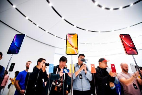 彭博社關於中共間諜晶片的報道,可能讓很多美國科技公司CEO睡不著,半夜起來工作。產業鏈主要設在中國的蘋果公司也受到衝擊,圖為iPhone手機新品展示現場。(AFP PHOTO/NOAH BERGER)