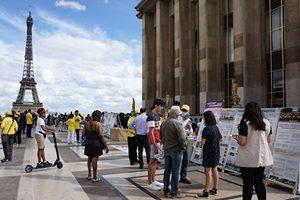 巴黎人權廣場 民眾簽名制止中共迫害法輪功