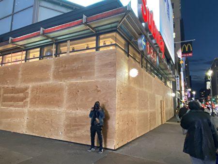 紐約34街上的很多店家都在門外釘了木板。(張本真/大紀元)