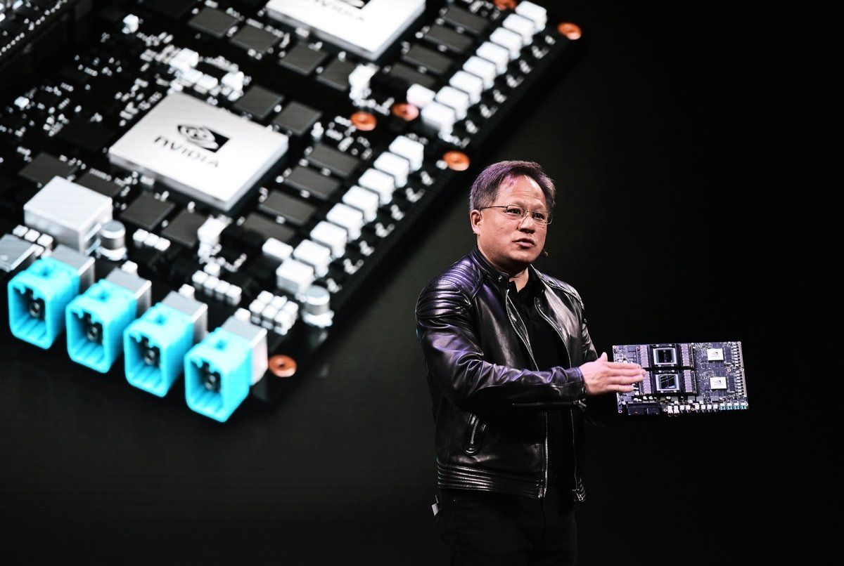 中國大陸需求放緩,導致美國工業龍頭股開拓重工(Caterpillar)和晶片製造商輝達(Nvidia)雙雙發佈預警。圖為輝達行政總裁黃仁勳。 (AFP)