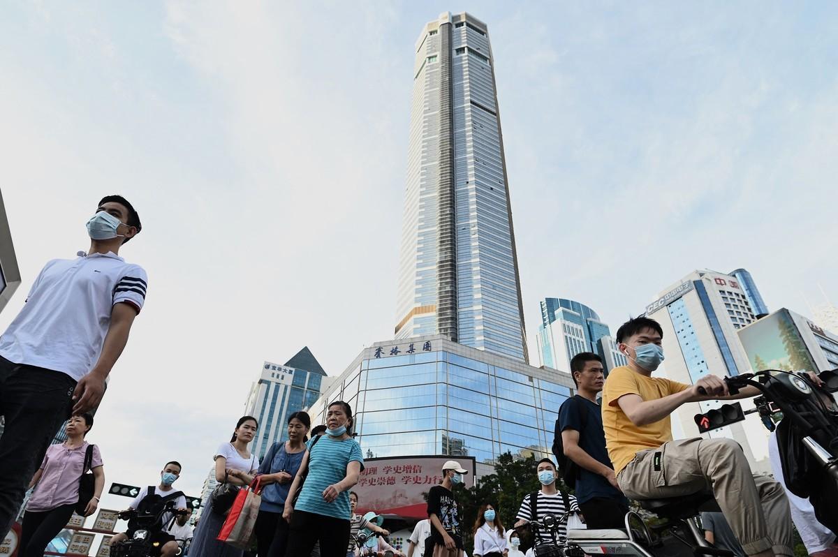 中國民間的「躺平」,刻下正在顛覆著中共的「大國崛起」。圖為廣東深圳一景,背景為正在鬧大樓搖晃荒的賽格大廈。(NOEL CELIS/AFP via Getty Images)