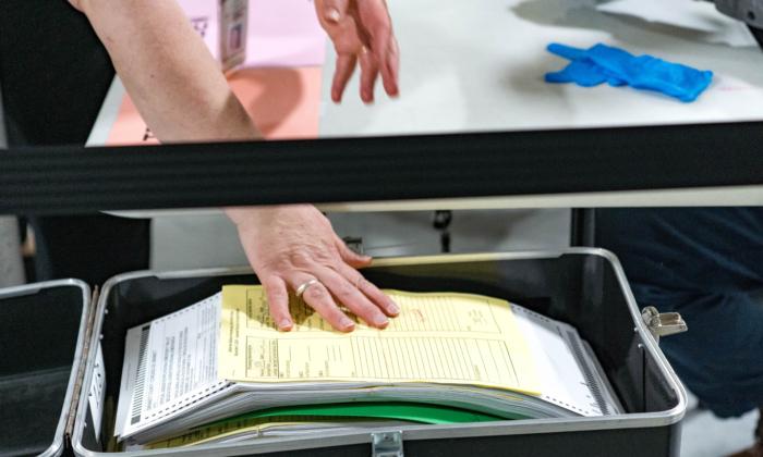 2020年11月13日,在佐治亞州勞倫斯維爾(Lawrenceville),格溫內特縣(Gwinnett)的工人開始重新計算選票。(Megan Varner/Getty Images)