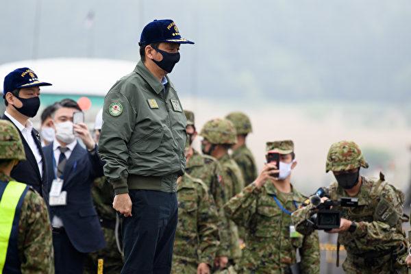 2021年5月22日,日本靜岡縣御殿場市,防衛大臣岸信夫出席了日本地面自衛隊(JGSDF)在東富士演習區(East Fuji Maneuver Area)舉行的實彈演習。(Akio Kon–Pool/Getty Images)