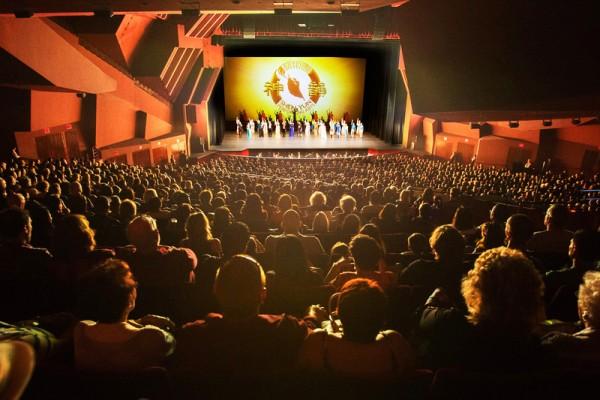 4月17日(星期日)晚,神韻紐約藝術團大洛杉磯地區巡迴演出柯斯塔梅莎站的六天八場演出圓滿結束。在加州橙縣表演藝術中心上演的八場演出場場爆滿,加座(開放部份原來不賣的座位)、加場(第八場)仍無法滿足觀眾的要求。圖為星期日下午第七場演出結束時演員謝幕。(季媛/大紀元)