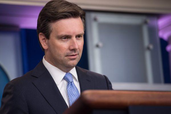 美國白宮發言人歐內斯特(如圖)於2016年10月11日表示,總統奧巴馬考慮以對等的方式,反擊俄羅斯黑客入侵美國選舉系統的事件。(NICHOLAS KAMM/AFP/Getty Images)