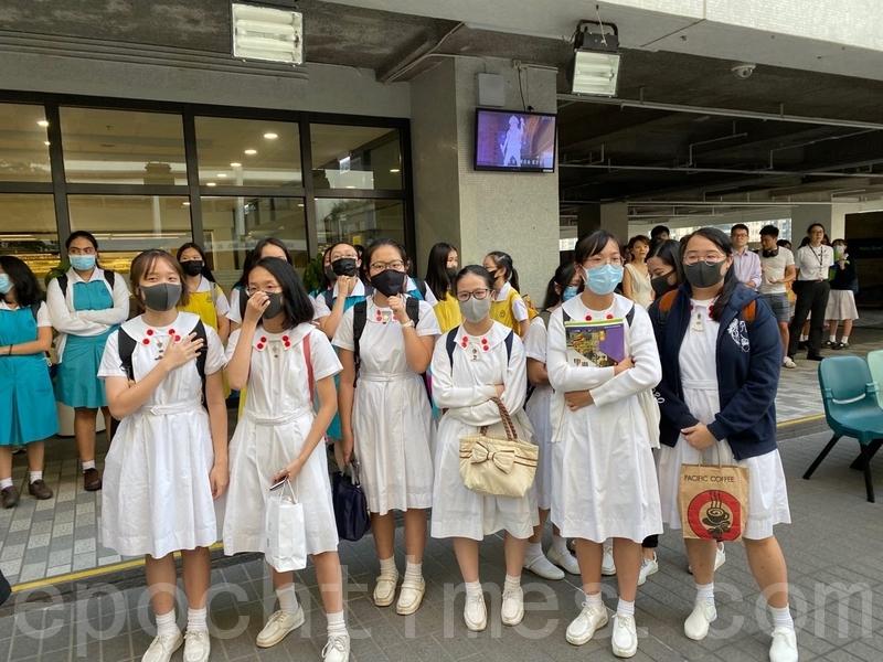 香港的民主抗議活動已經蔓延至學校。圖為2019年10月18日,香港中學生在香港大學內舉行集會,抗議警方暴力。(駱亞/大紀元)