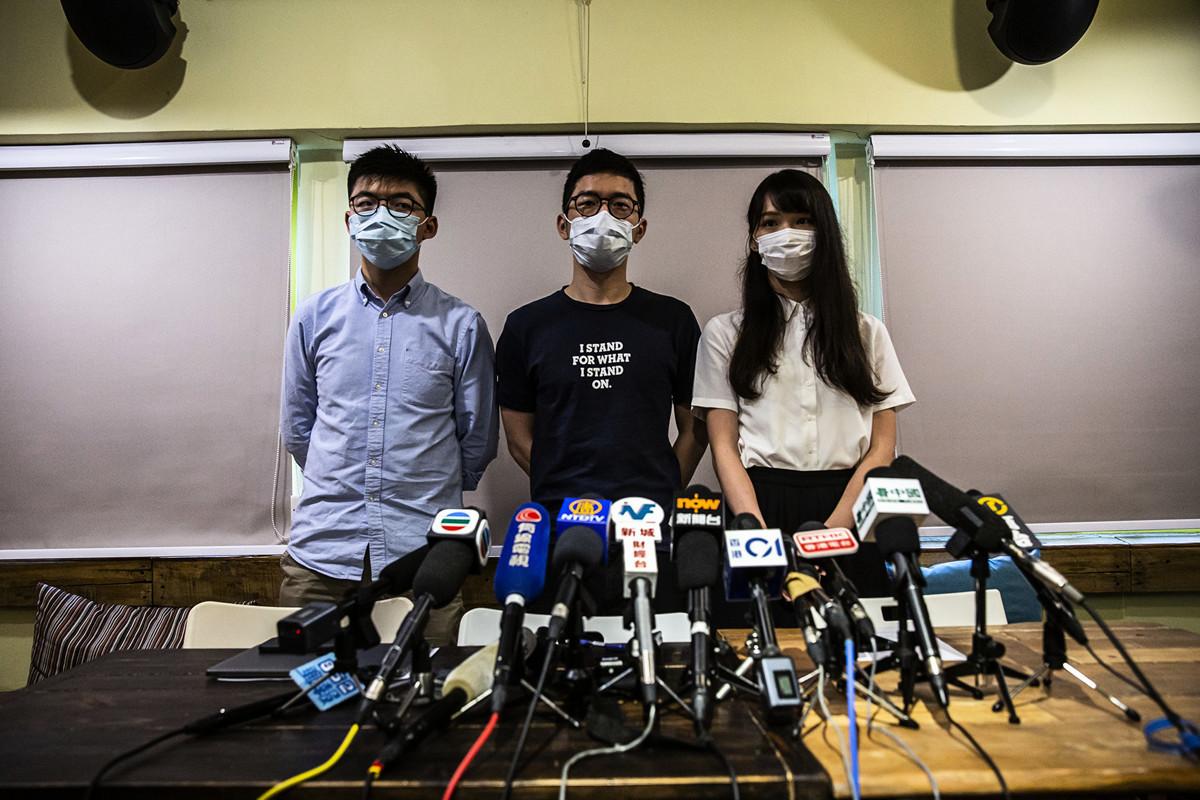 圖為2020年6月30日,香港,政黨「香港眾志」的黃之鋒(左)、羅冠聰(中)和周庭(右)舉行新聞發佈會。(ISAAC LAWRENCE/AFP via Getty Images)
