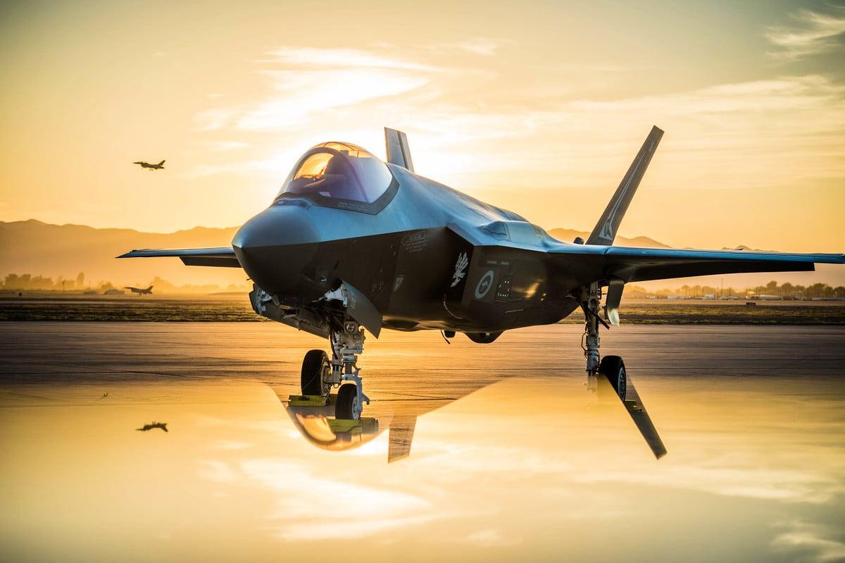2018年6月27日,落日餘暉中,一架澳洲空軍的F-35A Lighting II戰機停放在盧克空軍基地。(美國空軍)