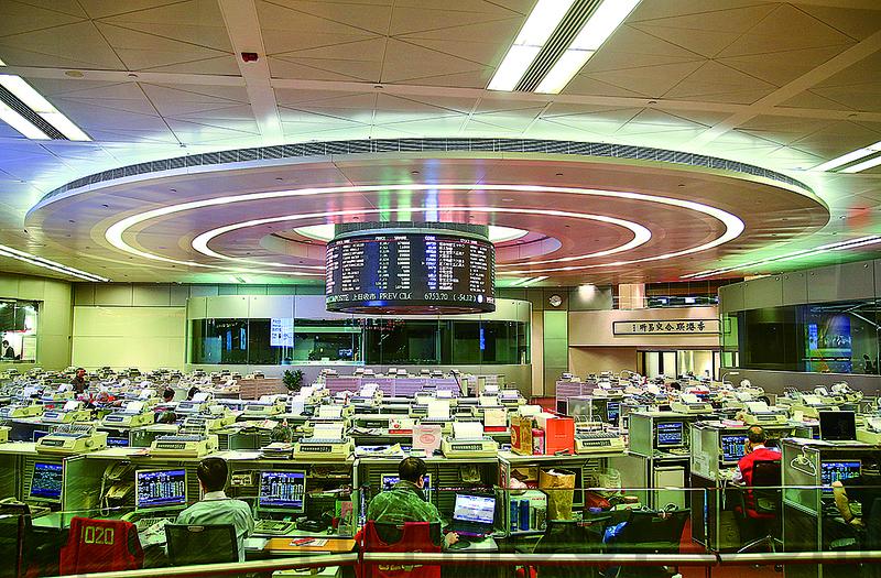中芯國際股票下跌20%。圖為港交所交易大廳。(大紀元資料圖片)