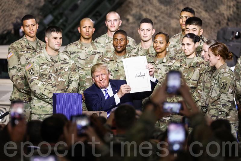 2018年8月13日,特朗普總統在紐約州的一處軍事基地簽署《2019國防授權法案》。(Charlotte Cuthbertson/大紀元)
