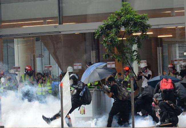 2019年10月1日,「十一」港人六區抗暴政活動。灣仔警察放催淚彈。(宋碧龍/大紀元)