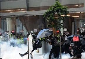 大遊行對陣大閱兵 北京香港「煙火」兩重天