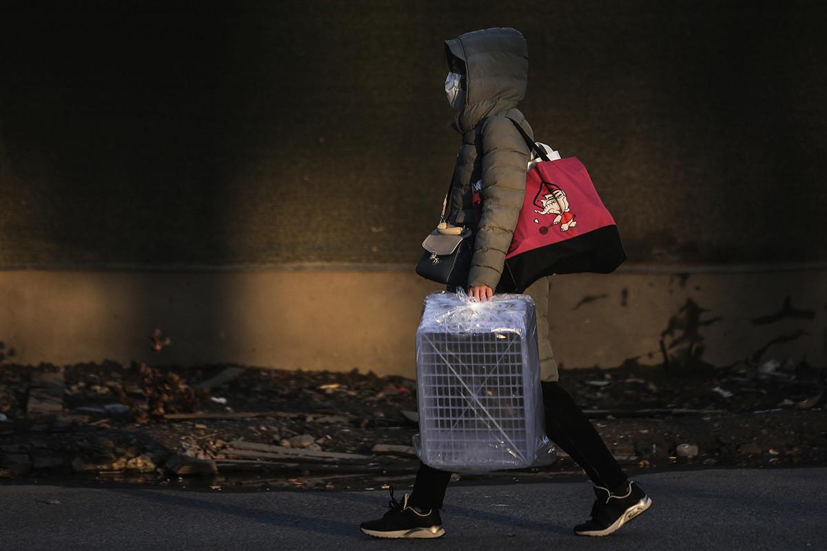 中共肺炎已康復病人又再出現病症入院的主因,近期受到關注。圖為一名武漢市民經過空蕩的街道。(Getty Images)