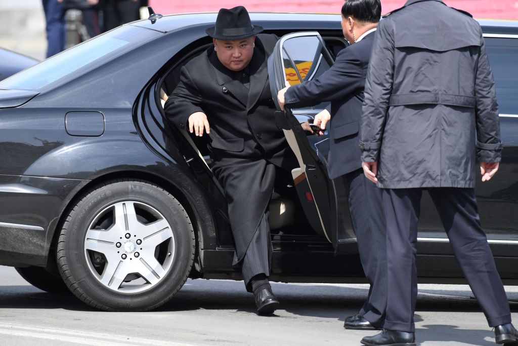 近日有關金正恩生死之謎的傳聞甚囂塵上,中國問題專家及脫北外交官認為,北韓肯定「出了問題」。此外,金正恩可能在2020年4月14日視察導彈試射時受傷。圖為金正恩資料圖。(KIRILL KUDRYAVTSEV/AFP/Getty Images)