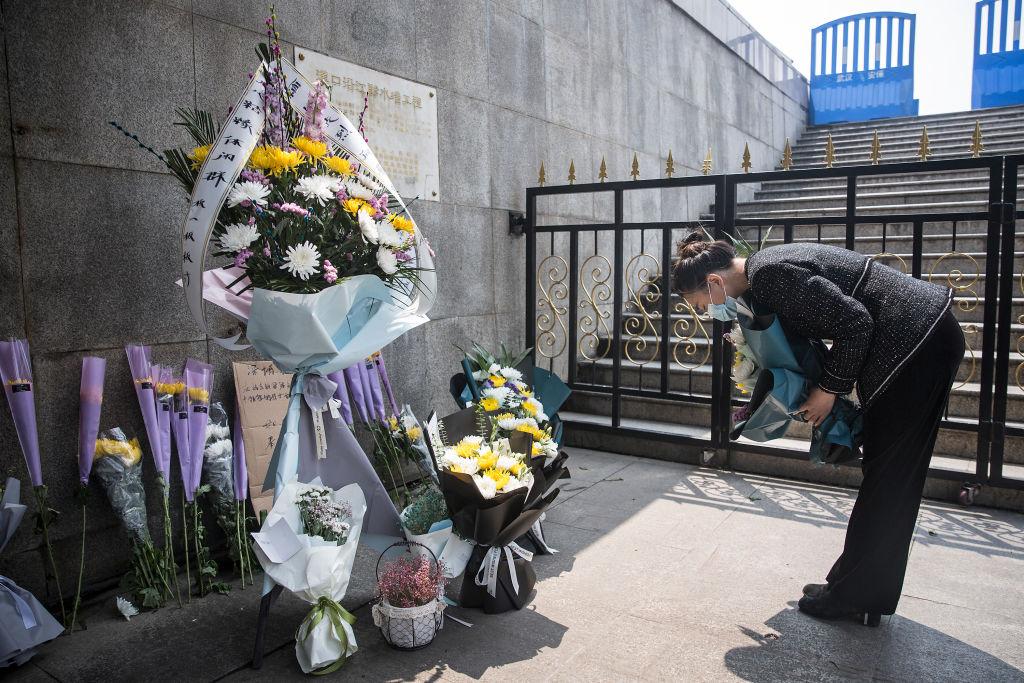 武漢死者家屬向死難者獻花。(Getty Images)