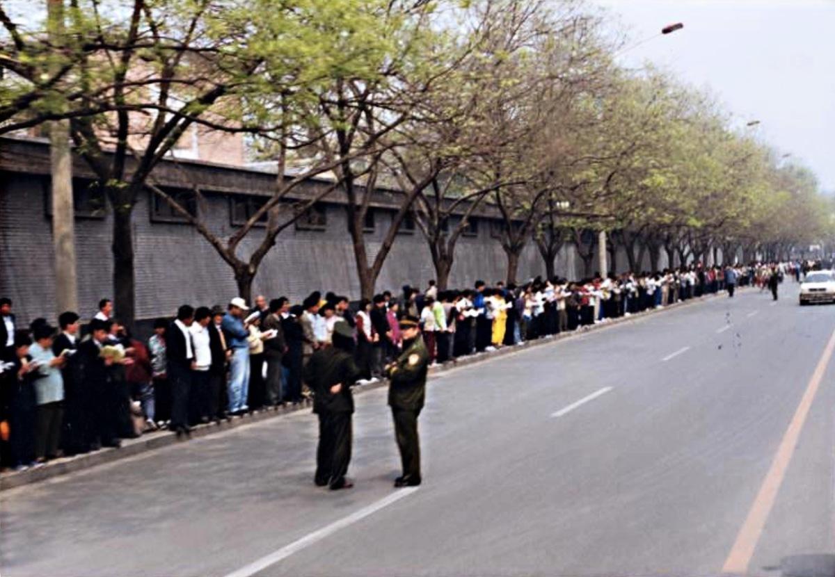 1999年4月25日上萬名法輪功學員到北京中南海國務院信訪辦上訪,維護自己的信仰。(明慧網)
