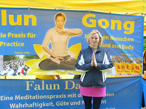 2021年5月13日杜塞爾多夫歡慶法輪大法日,Galina Dreiling女士駐足攝影留念,希望照片帶給自己已成年的孩子們更多神性層面的啟迪。(莫凌/大紀元)